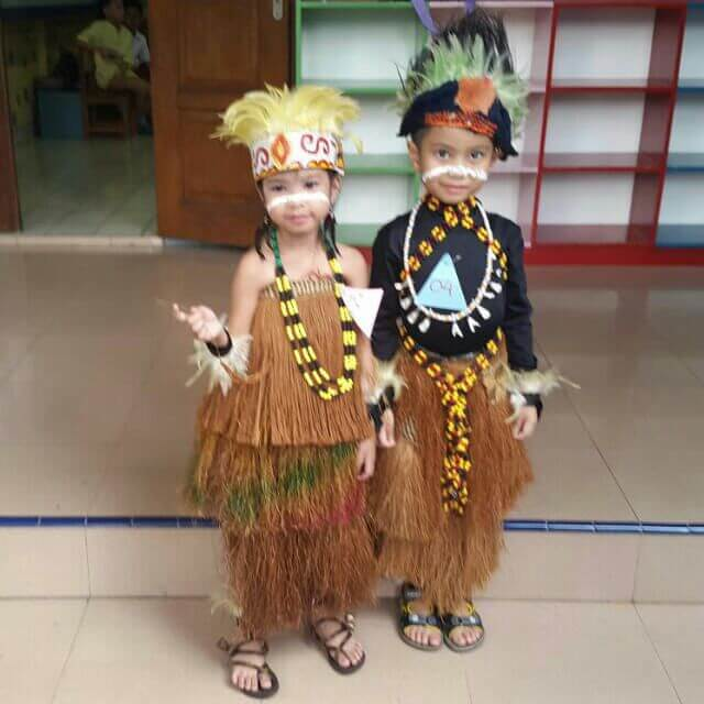 Pakaian Adat Papua yang Populer / Koteka / Rok Rumbai ...